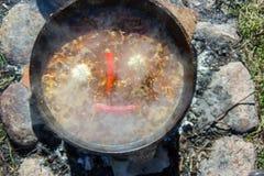 Spaanse pepers en knoflook in een ketel worden gekookt die Royalty-vrije Stock Foto's