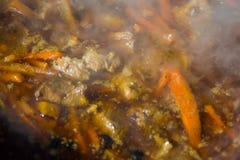 Spaanse pepers en knoflook in een ketel worden gekookt die Stock Foto