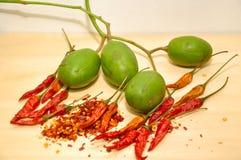 Spaanse pepers met Spondias-dulcis Maleis fruit Stock Foto