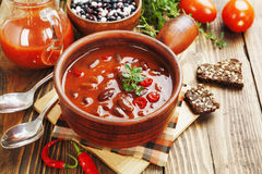 Spaanse pepersoep met rode bonen en greens Stock Fotografie