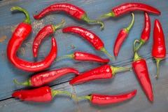 Spaanse peperspeper aan boord van lijst royalty-vrije stock afbeelding
