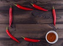 Spaanse peperspeper en Spaanse peperpoeder op houten achtergrond Stock Foto
