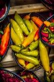 Spaanse peperverscheidenheden in een markt stock afbeeldingen