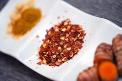 Spaanse pepervlokken en kruiden Stock Foto