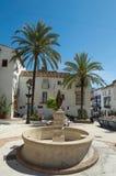 Spaanse plaats met palmtrees Stock Foto's