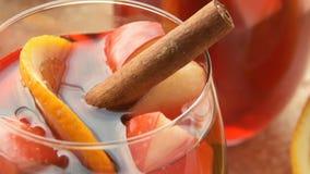 Spaanse sangria met rode wijn vruchten stock videobeelden