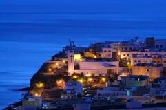 Spaanse stad bij nacht stock afbeelding