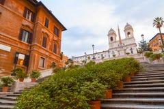 Spaanse Stappen bij Piazza Di Spagna en Trinita-de kerk van deimonti stock foto