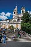 Spaanse Stappen met de Trinitàkerk van deimonti bij de bovenkant in Rome Stock Afbeelding