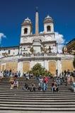 Spaanse Stappen met de Trinitàkerk van deimonti bij de bovenkant in Rome Royalty-vrije Stock Foto's