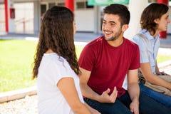 Spaanse studenten die op school spreken stock afbeeldingen