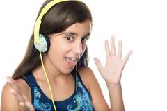Spaanse tiener die aan muziek met een opgewekte uitdrukking luistert Royalty-vrije Stock Afbeelding