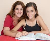 Spaanse tiener die met haar moeder bestuderen Stock Afbeelding