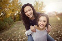 Spaanse Tieners die pret hebben samen in openlucht Royalty-vrije Stock Foto