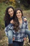 Spaanse Tieners die pret hebben samen in openlucht Royalty-vrije Stock Afbeelding