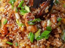 Spaanse traditionele keuken: hete paella met zeevruchtengarnalen, mosselen, vissen stock foto