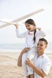 Spaanse vader en dochter die pret op strand hebben stock fotografie