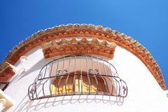 Spaanse villa en blauwe hemel Stock Foto