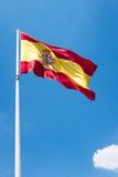 Spaanse vlag met een wolk op de hemel Stock Afbeelding