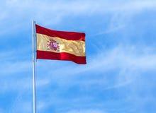 Spaanse Vlag op Blauwe Hemelachtergrond Royalty-vrije Stock Afbeelding