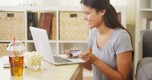 Spaanse vrouw die een aankoop online maken Stock Afbeelding