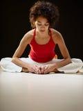 Spaanse vrouw die het uitrekken en yoga doet zich Stock Afbeelding