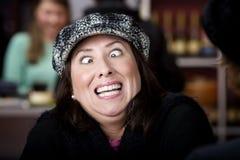 Spaanse vrouw met grappige uitdrukking stock fotografie