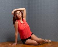 Spaanse vrouw met lange benen en in uitrusting Stock Afbeelding