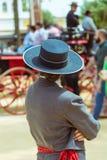 Spaanse vrouwelijke jockey in traditionele kledij bij Jerez-paardmarkt royalty-vrije stock afbeeldingen