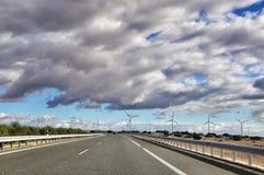 Spaanse wegen en windmolens Stock Afbeelding
