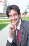 Spaanse zakenman die camera buiten in een park bekijken Royalty-vrije Stock Afbeeldingen