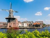 Spaarne et moulin à vent à Haarlem, Pays-Bas Photographie stock libre de droits
