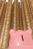 Spaarvarken dat omhoog lange stapels van muntstukken bekijkt Stock Foto's