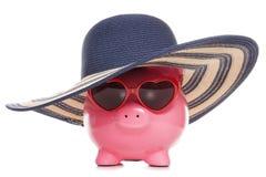 Spaarvarken die een zonhoed en zonnebril dragen Royalty-vrije Stock Afbeelding