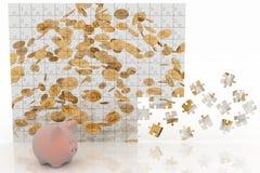 Spaarvarken die het beeld van het raadsel met dalende muntstukken bekijken Stock Afbeelding