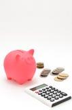 Spaarvarken en Calculator en Japans muntstuk. Stock Afbeeldingen