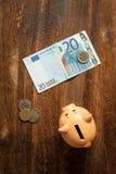 Spaarvarken en euro nota twintig Stock Foto
