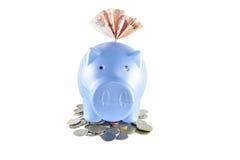 Spaarvarken en geld op witte achtergrond Stock Afbeeldingen