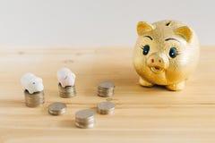 Spaarvarken en Koreaanse geldmuntstukken op houten bureau royalty-vrije stock foto