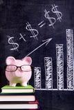 Spaarvarken met besparingenformule Stock Foto's