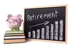 Spaarvarken met de grafiek van pensioneringsbesparingen Stock Foto