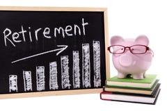 Spaarvarken met de grafiek van pensioneringsbesparingen Stock Afbeeldingen