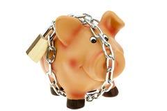 Spaarvarken met een beveiligde ketting en een slot royalty-vrije stock foto's