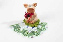 Spaarvarken met Euro op witte achtergrond Stock Foto
