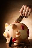 Spaarvarken met geld en hamer Royalty-vrije Stock Foto's
