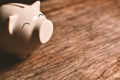 Spaarvarken met geld op zwarte achtergrond royalty-vrije stock afbeeldingen