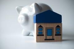 Spaarvarken met huis Stock Foto