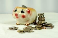 Spaarvarken met muntstukken op achtergrond Royalty-vrije Stock Foto