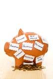Spaarvarken met nota's - besparingsconcept Stock Afbeeldingen