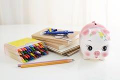 Spaarvarken met notitieboekjes stock afbeelding